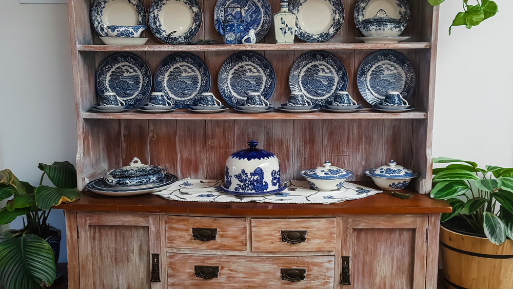 Hutch dresser with dinner set